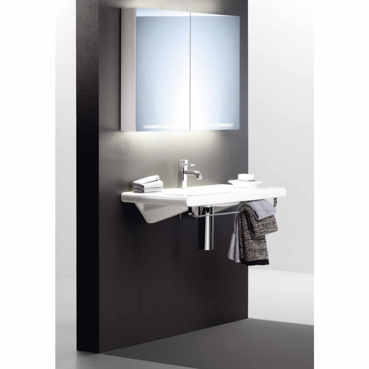 picture of a mirrored bathroom cabinet