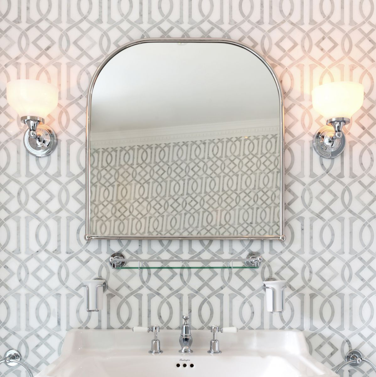 picture of a standard bathroom mirror