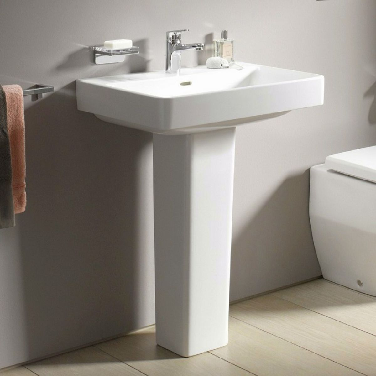 image example of a pedestal bathroom sink